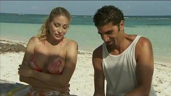La star du porno italienne Vittoria Risi baisée par deux marins sur la plage