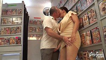 Милфу-толстушку безжалостно трахнули в задницу в секс-шопе