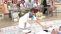 加藤綾子アナ 寝ているマツコデラックスを起こそうと屈みブラチラハプニング!