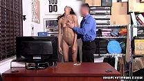 La MILF brune Kylie La Beau se met à genoux pour sucer l'énorme tige du policier