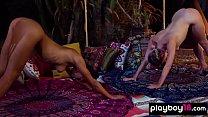 Late Night nackte Yoga-Sitzung mit Daniella Smith und einer vollbusigen Blondine