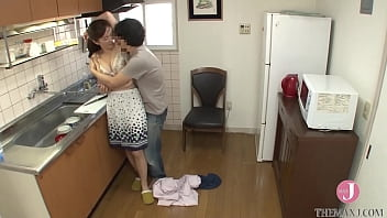 A bad son who exposes his mother's daily life to the net and earns video views